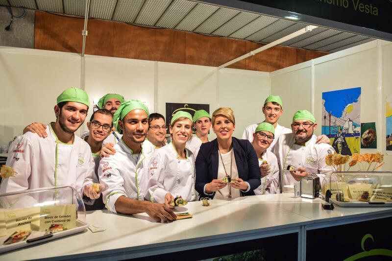 Noelia Arroyo Hernández con Alumnos de Vesta en Nuestro Stand